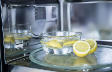 Cleaning microwave oven with lemon