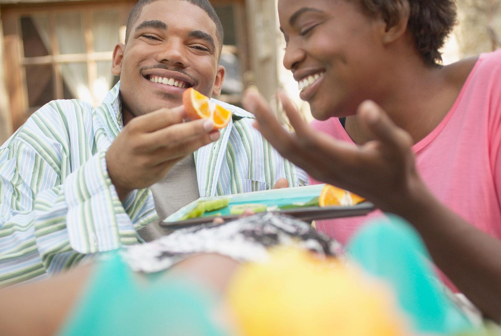 Pareja-disfrutando-los-alimentos.jpg