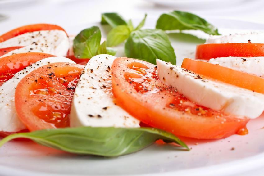 https://cf.ltkcdn.net/cocina/images/slide/218084-850x567-ensalada-caprese.jpg