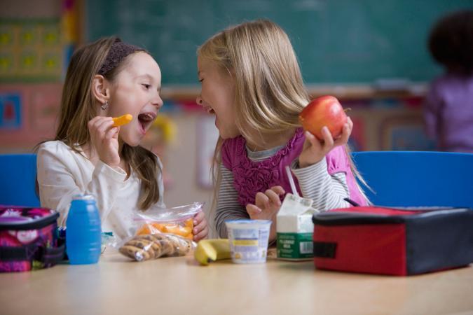 Niñas almuerzo escolar