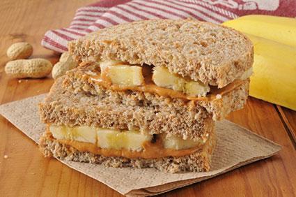Sándwich de mantequilla de maní y plátano