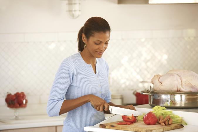 Mujer preparando vegetales