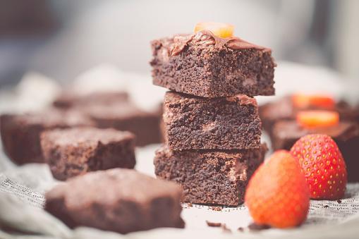 brownies esponjoso con una fresa