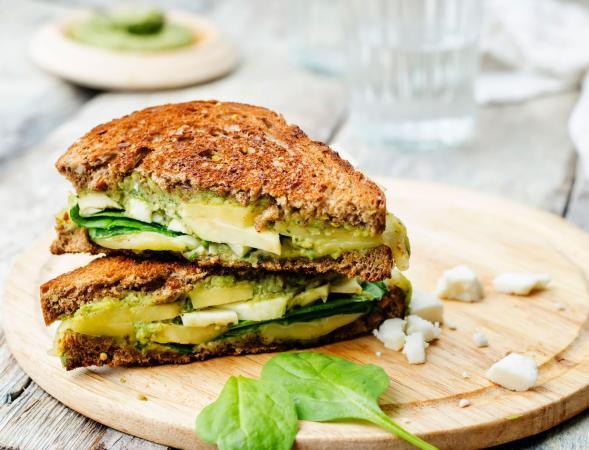 sandwich de queso con pesto y aguacate
