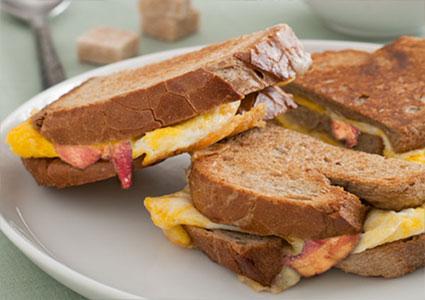 sándwich de queso con tocino y huevos