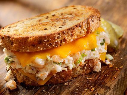sándwich de queso con mariscos