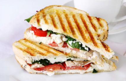 sándwich de queso con mozzarella de tomate y albahaca