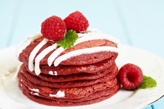 Panqueques terciopelo rojo con queso crema
