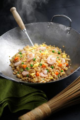 wok con arroz frito con camarones