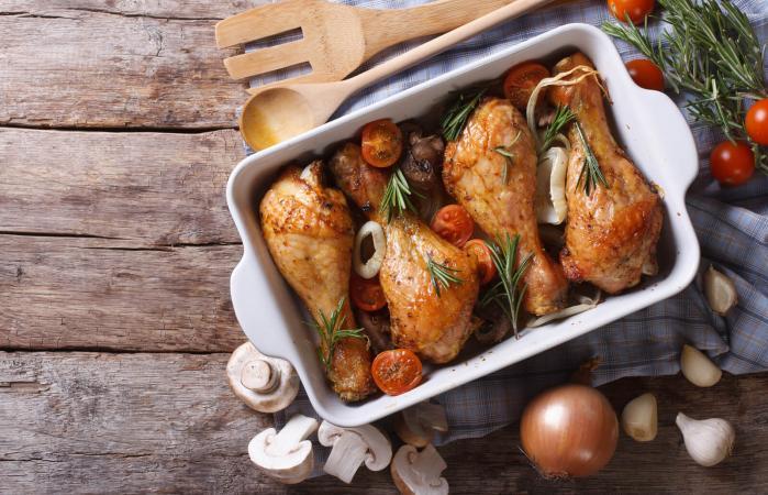 Muslos de pollo al horno con champiñones y verduras