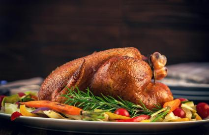 Pollo asado servido con una variedad de verduras
