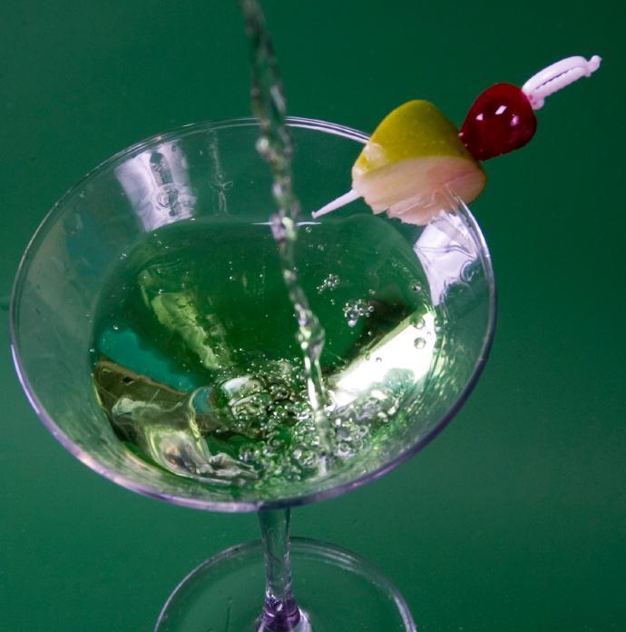https://cf.ltkcdn.net/cocktails/images/slide/108299-690x696-Apple_Martini.jpg