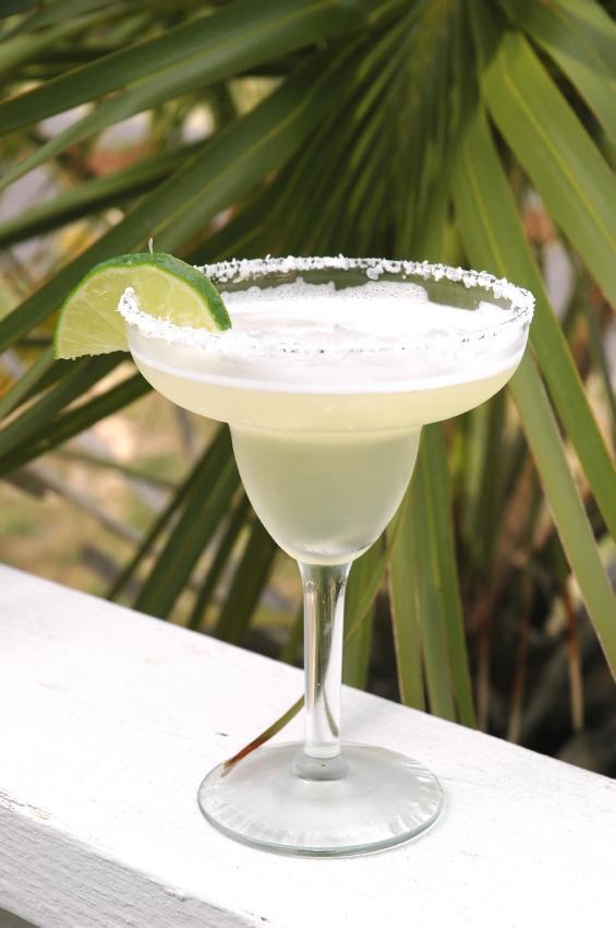 https://cf.ltkcdn.net/cocktails/images/slide/108362-565x850-Traditional_Margarita.jpg