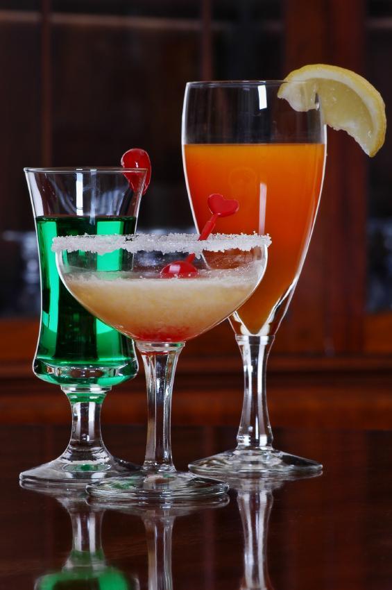 https://cf.ltkcdn.net/cocktails/images/slide/177413-565x850-VarietyofGlasses.jpg