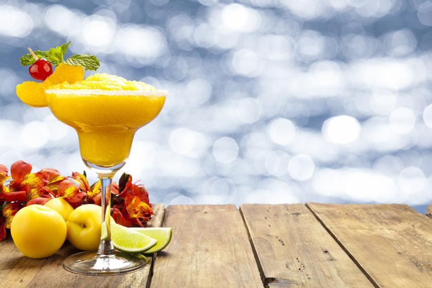 https://cf.ltkcdn.net/cocktails/images/slide/252410-850x567-honey-apricot-daiquiri.jpg