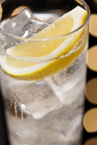 Image of a Tom Collins cocktail with lemon wedge