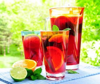 https://cf.ltkcdn.net/cocktails/images/slide/175651-753x637-rum-punch.jpg