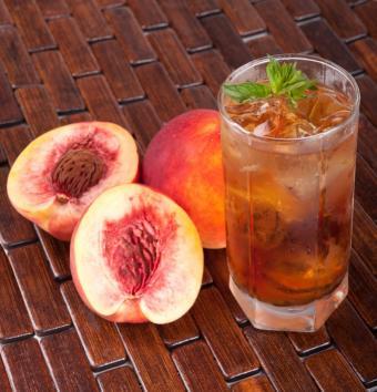 https://cf.ltkcdn.net/cocktails/images/slide/175721-679x707-bourbon-peach-sweet-tea.jpg