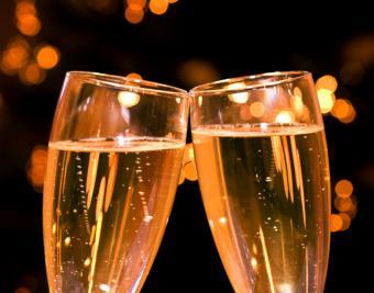 https://cf.ltkcdn.net/cocktails/images/slide/182935-850x668-champagne-flutes.jpg