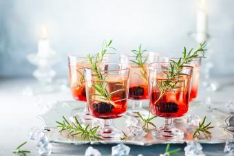https://cf.ltkcdn.net/cocktails/images/slide/251265-850x567-winter-berry-cocktail.jpg