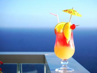 https://cf.ltkcdn.net/cocktails/images/slide/252245-850x638-tropical-cocktail.jpg
