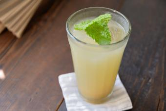 Rum and ginger ale cocktails