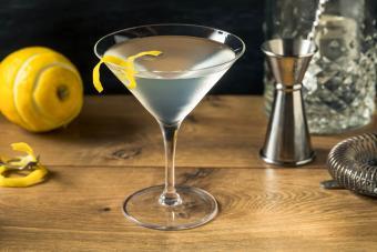 https://cf.ltkcdn.net/cocktails/images/slide/271233-850x566-martini-glass.jpg