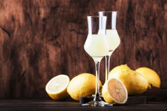 https://cf.ltkcdn.net/cocktails/images/slide/271239-850x566-cordial-glasses.jpg