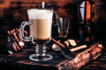 https://cf.ltkcdn.net/cocktails/images/slide/271241-850x566-irish-coffee-mug.jpg