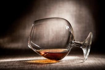 https://cf.ltkcdn.net/cocktails/images/slide/271244-850x566-snifter-glass.jpg