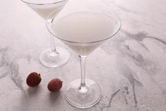 https://cf.ltkcdn.net/cocktails/images/slide/271426-850x566-lychee-martini.jpg