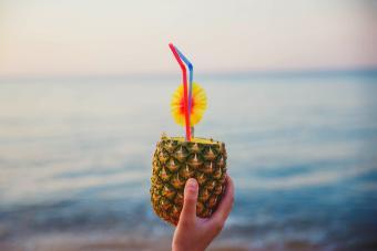 https://cf.ltkcdn.net/cocktails/images/slide/271429-850x566-macadamia-rum-punch.jpg