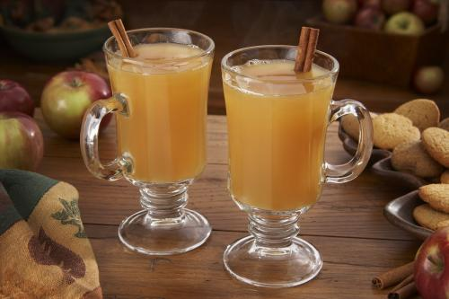 Mugs of hot apple cider