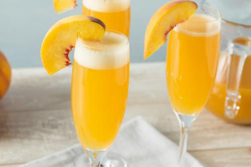 Non-alcoholic bellini drink