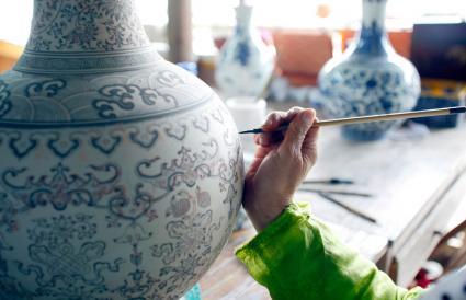 painting a flowerpot urn
