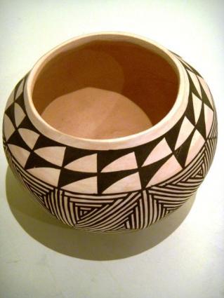 Decorative pot.