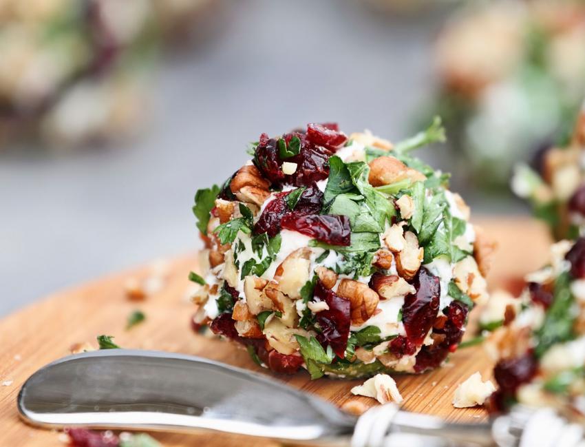 https://cf.ltkcdn.net/cooking/images/slide/202607-850x649-Cranberry-Cheese-Ball.jpg