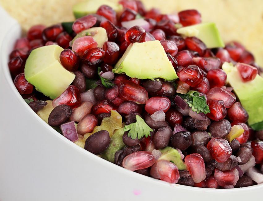 https://cf.ltkcdn.net/cooking/images/slide/202618-850x649-Black-Bean-Pomegranate-and-Avocado.jpg