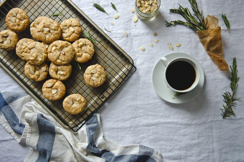 https://cf.ltkcdn.net/cooking/images/slide/206213-850x567-rosemary-almond-and-white-chocolate-cookies.jpg