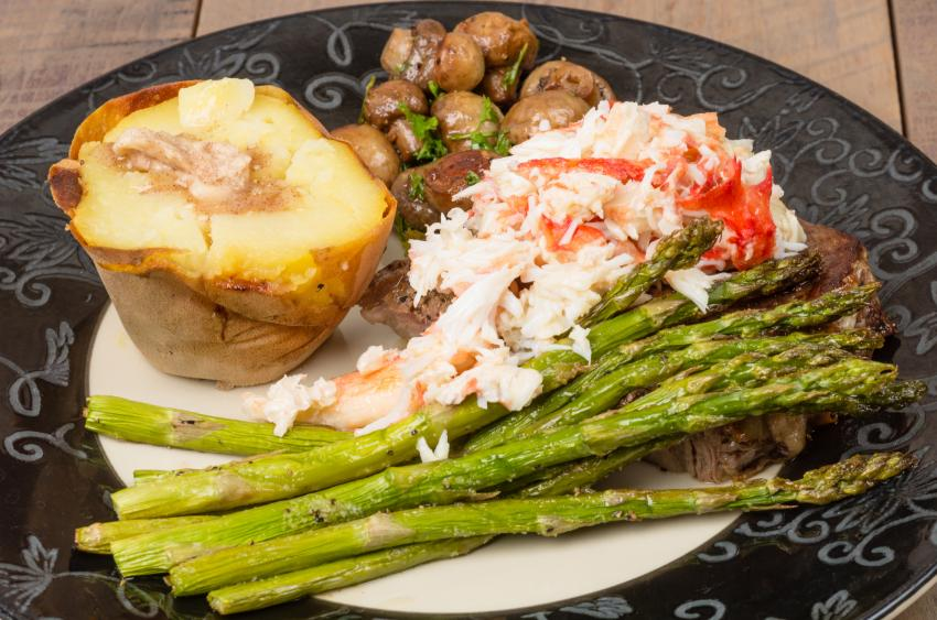 https://cf.ltkcdn.net/cooking/images/slide/257086-850x563-steak-crab-asparagus.jpg