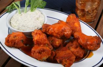 https://cf.ltkcdn.net/cooking/images/slide/152291-850x561-app-buffalo-wings.jpg
