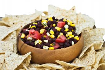 https://cf.ltkcdn.net/cooking/images/slide/152293-849x565-app-black-bean-salad-chips.jpg