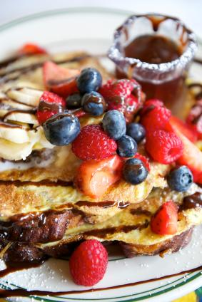 French toast with toppings