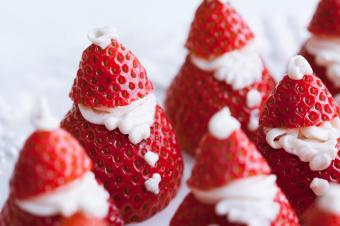 https://cf.ltkcdn.net/cooking/images/slide/166061-600x399-santa-strawberries.jpg