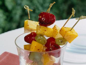 https://cf.ltkcdn.net/cooking/images/slide/189227-850x637-Grilled-Fruit-Kabobs.jpg