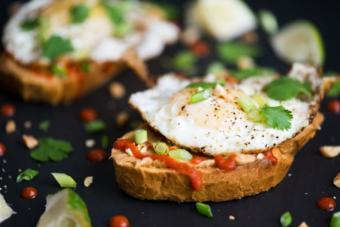 https://cf.ltkcdn.net/cooking/images/slide/201119-600x400-Fried-Egg-Sriracha-Peanut-Butter-Toast-4237.jpg