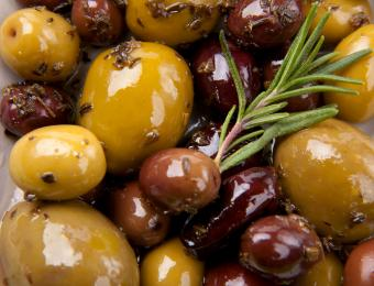 https://cf.ltkcdn.net/cooking/images/slide/202621-850x649-Marinated-olives.jpg