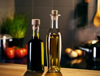 https://cf.ltkcdn.net/cooking/images/slide/203689-850x649-Oil-and-vinegar-bottles.jpg