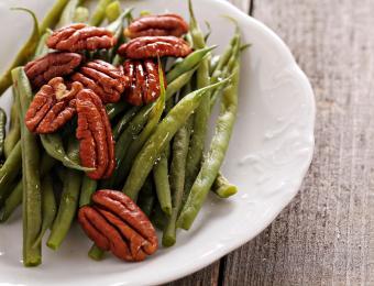 https://cf.ltkcdn.net/cooking/images/slide/203698-850x649-Green-bean-pecan-salad.jpg
