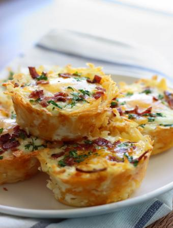 https://cf.ltkcdn.net/cooking/images/slide/204862-646x850-hash-brown-bacon-eggs-nests.jpg